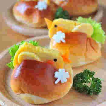 なんとも可愛い卵でできた小鳥をロールパンで挟んだレシピです。にんじんで出来たくちばしや頬がとても愛らしいですね。家族でピクニックへ行く時や運動会のお弁当などにおすすめです。きっと素敵なランチの思い出になりますよ。作り方も簡単♪