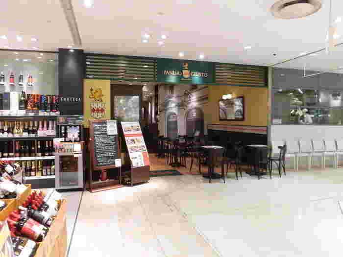 横浜駅の地下連絡路からそのままそごうの地下の食品売場に入り、そのまま時計回りに奥へ。するとイタリアの街角にあるカフェのようなおしゃれなお店が現れます。「パニーノジュスト」は38年前にイタリアミラノで創業し、現在はパニーノ専門店として日本だけでなく世界各国で展開しています。