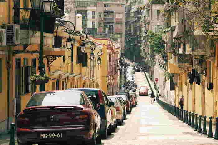こちらはラザロ地区内にある「馬忌士街」というストリートです。クリーム色の建物がずらりと並ぶ、ポルトガル風のおしゃれで風情ある街並みが魅力的。このほかにもラザロ地区にはいくつもの路地がありますので、ぜひのんびりと散策をして、さまざまな風景を楽しんでみてくださいね。