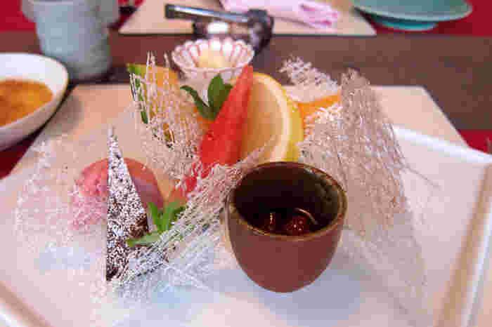 お料理でだいぶ満足のお腹に、お店のおすすめのデザート。ガトーショコラ、フランボワーズのムース、紅茶のシフォン、バニラアイスクリーム、焼きプリンなど人気の秘密が少し分かったような気がします。  ★基本情報  京都府京都市中京区中町通夷川上ル鉾田町292 075-213-3016 営業時間: 11:30~14:30(L.O14:00)/17:00~21:30(L.O20:30) 定休日:水曜日(6月~10月は第2火曜日もお休み)