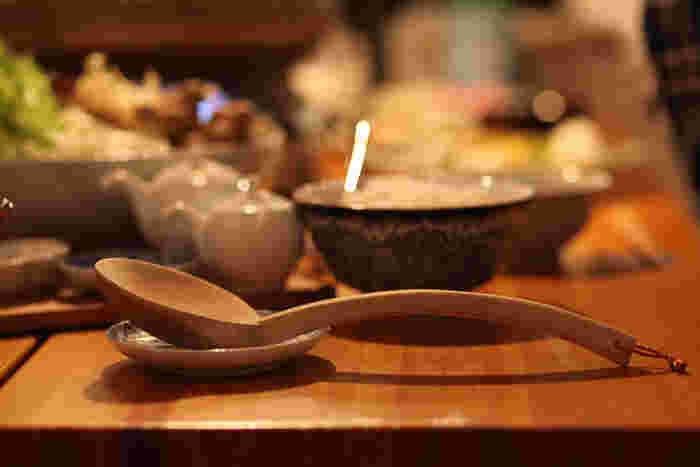 継ぎ目のない削り出しの木のお玉杓子は、職人の手によるもの。お鍋や〆の雑炊の場面で活躍してくれそうなアイテムです。使い込むほどに味わいが増しそうな一品。
