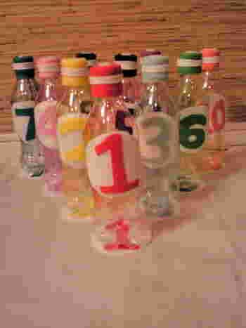 キッチンを覗いてみましょう。もし空きペットボトルがたくさん溜まっていたらこの0円おもちゃがおすすめ。空きペットボトルでボーリングのピンを作ってみませんか。丈夫だけど軽いので小さい子供でも安全ですね。フェルトで飾り付けると手作りのあたたかみがありとても素敵に変身します。数字を貼り付けるのでお勉強にもなりますね♪