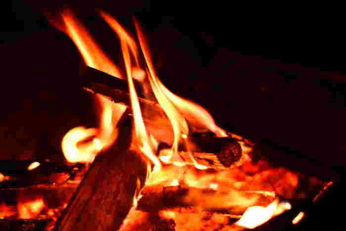 朝晩は冷えるので、焚き火を楽しんでみて。静けさの中でパチパチと音を立てて揺らめく炎は美しく、見つめていると不思議と気持ちが落ち着いてくるんです。
