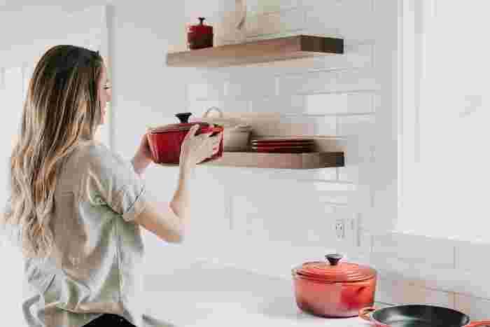 また、家庭で調理したカレーの場合は、冷凍保存の場合でも1週間以内には食べ切ることをおすすめします。冷凍保存したカレーも、食べる直前には、必ず鍋に移してかき混ぜ、しっかり中心部まで再加熱し、熱いうちに食べるようにしましょう。温める前に、予め鍋に牛乳などを温めておいて、そこで冷凍したカレーを溶かすようにして加熱すると焦がさず上手に温められるのでおすすめです!  カレーは、スパイスや香辛料などが沢山入っているので、例え匂いや色の変化があったとしても分かりにくく腐敗に気づかないことも…。冷凍保存してあっても、油断せず、食べる時には注意しましょう。