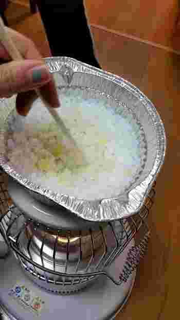 ロウソクが溶けてきたら、タイミングを見計らって、削ったクレヨンをいれて、さらにゆっくり色が全体に広がるように混ぜていきます。