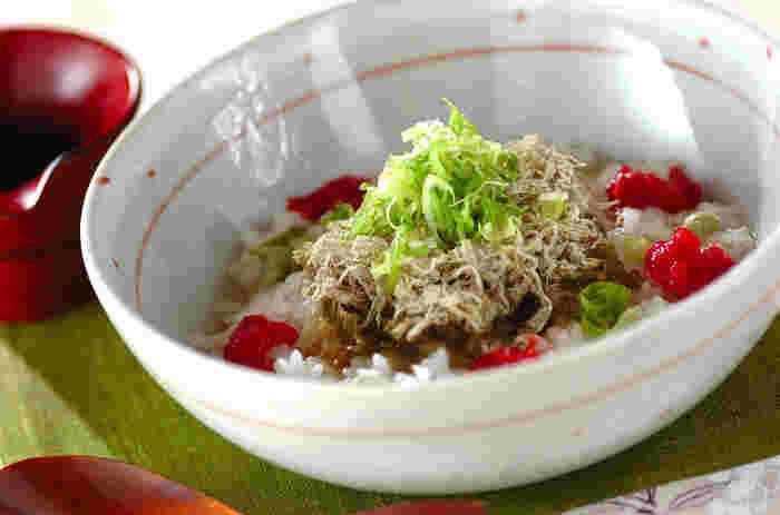とくにさっぱりした味を楽しみたいときにおすすめのスープかけご飯。梅の爽やかさととろろ昆布のとろみで、とても食べやすいのが特徴です。食欲がないときにもいいですね。