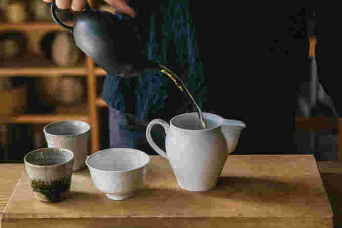 急須からお茶を茶海に注ぐことで、濃さが均等に。お茶を淹れる前にお湯を冷ます「湯冷まし」としても使えます◎