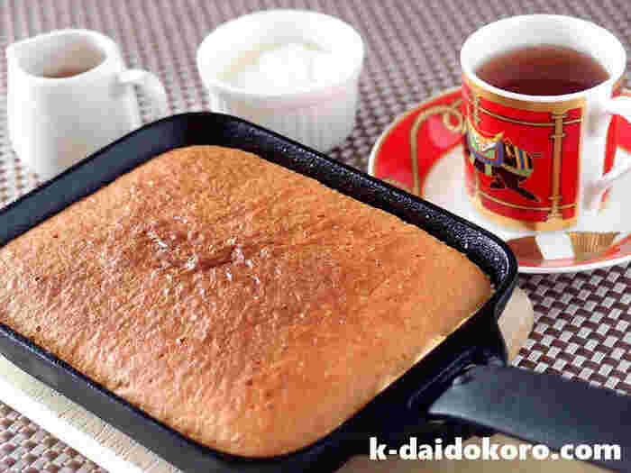 「たまご・バター・牛乳・薄力粉」の4つの材料だけでできるこちらのカステラは、ふんわりあまくて優しい味です。  画像のお鍋は「スキレット」の代わりに、南部鉄の「ちょこっと鍋」を使っているそう。