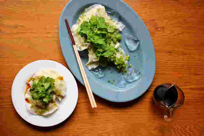 つるんと美味しい水餃子はあたたかいだけではありません!この水餃子は氷の上に並べて冷やして食べる水餃子。生姜が効いた鶏ひき肉の餡とパクチーの相性もバッチリ!大人が楽しめるレシピです。