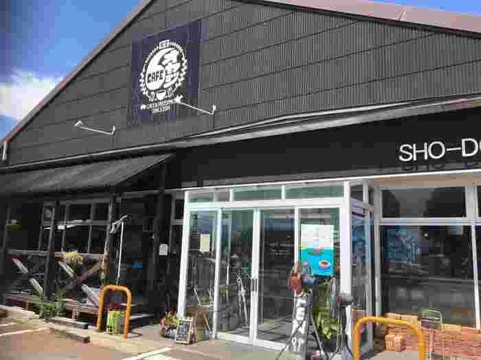 猪苗代湖畔で目をひくロッジ風の建物が「CAFEオヤジ」です。郡山市の人気定食店「焼オヤジ」のカフェバージョンで、観光客だけでなく地元の方にも人気を集めています。