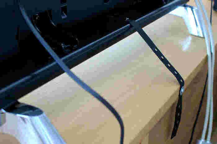 テレビの転倒防止には、専用ベルトや耐震マットを使いましょう。テレビによってはベルトが同封されているので、本体と台をベルトでしっかり固定すると◎