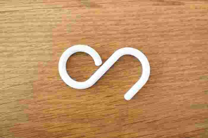 くるりと閉じた輪っかの方を引っ掛けるS字フックです。隙間が狭くて引っ掛けられない・・・そんな場所にもスルッと引っ掛けることができます。