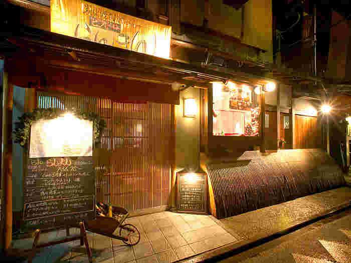 らんまんは、鴨川と並行して四条通と三条通りを結ぶ小路、先斗町にあるイタリアンレストランです。元々お茶屋だった面影を色濃く残す京町屋建物は、一見しただけではイタリアンレストランとわからないほど風情があります。
