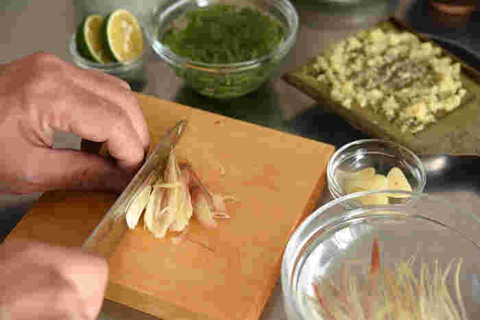 ねぎは「刻みねぎ」に、みょうがと大葉は千切りに、しょうがはおろし、にんにくは薄切りにそれぞれします。かつおをカットした俎板とは別に、小振りなサイズの薬味俎板があると便利ですね。