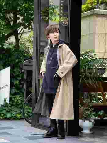 フードの重ね着で差を付けて。「パーカー×コート」の秋冬おしゃれコーデ