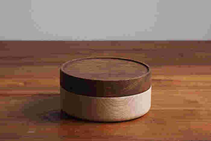 だるま落としやこまといった昔ながらの木のおもちゃをベースにデザインされた蓋付きの木の器。食材を安心して入れるウレタン塗装がなされたこちらは、お弁当箱として使うのがおすすめなんです。