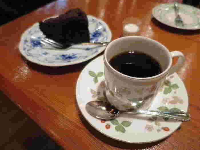 珈琲によく合うチョコレートのケーキなどのスイーツが揃っています。珈琲を一口一口味わいながら、甘いものを食べる幸せな時間。