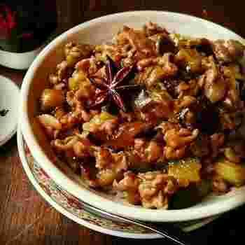 白飯との相性が抜群な台湾の煮込み豚肉かけ飯、ルーローハン。熱々のご飯と一緒にいただきたいですね!