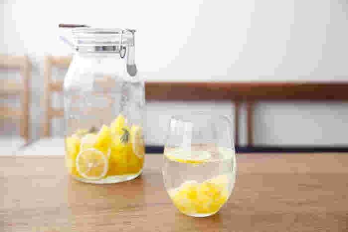 炭酸水で割って自家製ソーダを作ったり、ヨーグルトやかき氷にかけてみたり。 レモンやオレンジなど好きな食材を使って、今年は美味しいシロップを手作りしてみませんか? 様々なアレンジも楽しめるシロップは、ドリンクはもちろんのこと、スイーツや料理など幅広いレシピに応用できるのも大きな魅力です。 今回は彩も美しいフルーツをはじめ、青梅や生姜を使った夏におすすめの《シロップ》レシピをご紹介します♪