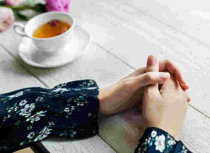 ハンドケアを日々の習慣にすることで、美しい手を作ることができます。毎日がんばってくれている自分の手に、おつかれさまと労いながら丁寧にケアしていけば、指先までうるおいたっぷりの美しい手にきっとなるはず!できることから少しづつ、ぜひ実践してみてくださいね♪