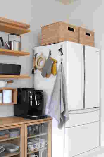 こちらは冷蔵庫の横にキッチン周りでよく使うものをまとめて吊り下げています。 使い勝手もよく、テーマ性があるのでなぜか雑多な感じをうけません。