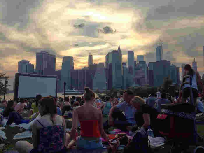 1番ニューヨーカーが活発に動き回る夏には、映画上映会、オペラコンサート、フードイベントなどで賑わいを見せるBrooklyn Bridge Park。訪れた人たちは広い芝生の上にピクニックシートを敷いて、それぞれの時間を楽しみます。