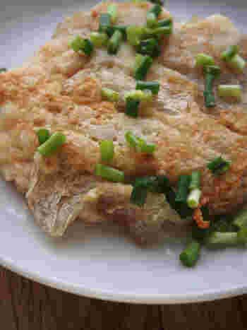ざく切りにした棒寒天と山芋を合わせて焼くだけの簡単レシピ。お好み焼きのような感覚でいただけますがカロリーオフで食物繊維も豊富。小腹が空いた時にオススメのレシピです。