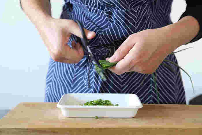 キッチンバサミは一本だけではなく、何本か用意してその時使う食材で分けるととっても便利。お料理の彩りや薬味に欠かすことができない小口ネギもボウルやバットを置いてジャキジャキ切ってしまいます。リズミカルに切る行為がなんだか楽しい♪
