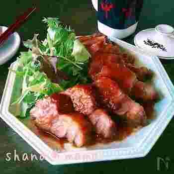 ガッツリお肉を食べたい気分の時は、こちらの焼豚をどうぞ。肩ロースに調味料を全て絡めてチンするだけなのに、豪華な一品に仕上がります。