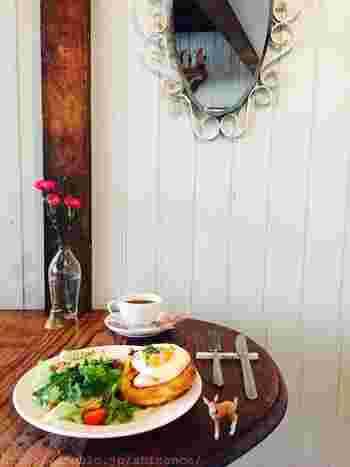 店内はアンティーク調の椅子とテーブルが並び、まるでフランスの片田舎に来たみたい。自慢のパンを使ったランチは、野菜もたっぷりでとってもヘルシー。日常を忘れてのんびり過ごせそう。