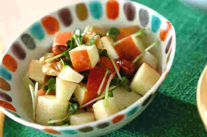 りんごとナッツは相性バッチリ!ナッツのはちみつ漬けを使う場合は、ドレッシング用のはちみつは入れないか、量を減らしましょう。