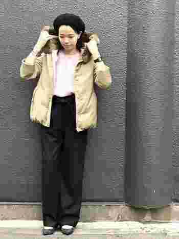 もこもこしがちなダウンコートも、ショート丈を選ぶとワイドパンツともバランスよく着こなせますね。ワイドパンツのウエストリボンがベルト代わりのアクセントになり、コーディネートにメリハリが生まれます。