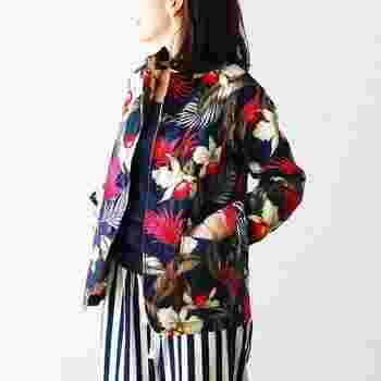 おしゃれなボタニカルジャケットは無地やストライプなどベーシックなお洋服によく似合います。 いつもはモノトーンやシンプルなものが多い人も、今年の春はちょっぴり冒険してみませんか。