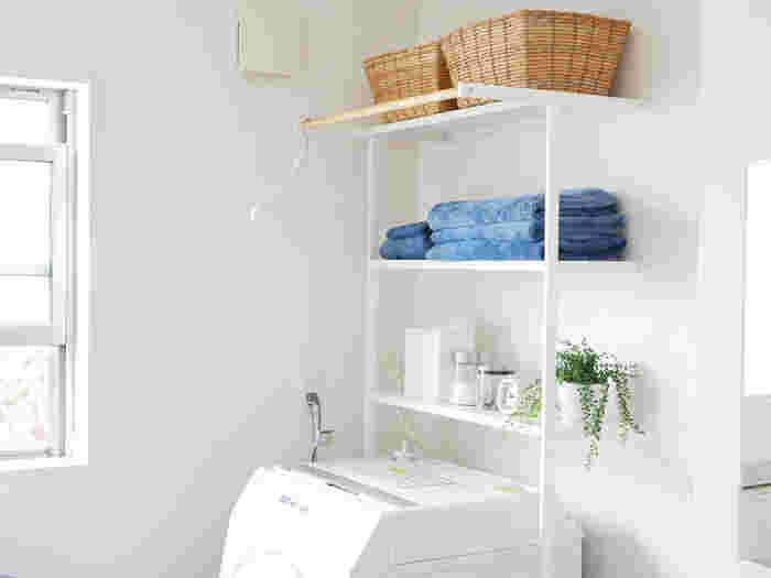 洗面所は、家族それぞれの洗面用品や洗濯用品など生活感の出るモノが溢れ、なかなか片付かない…とお悩みなのではないでしょうか。小さな空間だからこそ、理想のインテリアをつくりやすい場所ですが、何から手をつけたら良いのかわからない…というのが本音かもしれません。