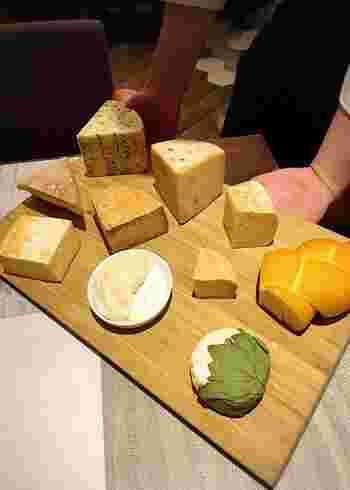 「つや子フロマージュ」や「きまぐれブルー」などのチーズや都農ワインなど、国内の産物の品揃えも充実♪