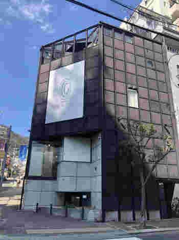 モダンな外観が印象的な「Patisserie GREGORY COLLET(パティスリー・グレゴリー・コレ)」は元町のおしゃれな雰囲気にまさにぴったり。1998年の創業以来、神戸の地元の方々から親しまれています。