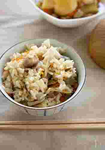 鶏肉や野菜がゴロゴロ入った、満足度の高いご飯です。鶏肉は事前に下味を付け、野菜は炒めてから炊飯器に入れます。あとはスイッチオン♪だけでOK。冷めても美味しいので、お弁当にも向いています。