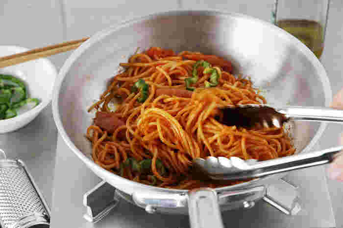 パスタの基本はペペロンチーノなどの「オイル系」、素材を生かした「トマト系」、カルボナーラなどの「クリーム系」、その他に「和える系」などに分けられます。ベースさえしっかりマスターすれば、あとは具材をプラスしていくことで何通りにもレパートリーが広がります。それでは早速基本の王道レシピプラスαをご紹介したいと思います。