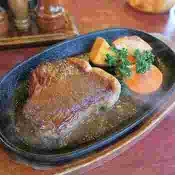人気のメニューは何と言ってもステーキです。国産霜降り黒毛和牛や特選とちぎ和牛などから選べます。もちろんハンバーグも人気です。