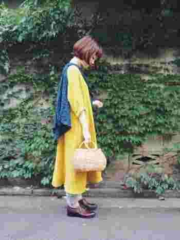 ころんとしたかごバッグがポイントのコーディネートです。肩からシャツをかけているのもオシャレ!肌寒い時は羽織れるので便利です。