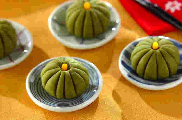 食べるのがもったいないくらいのかわいいかぼちゃの練り切り菓子。かぼちゃの皮に見立てた練り切り生地の緑は抹茶を使っています。中にはかぼちゃ餡が入っていて、カットすると2色の色合いが楽しめます。