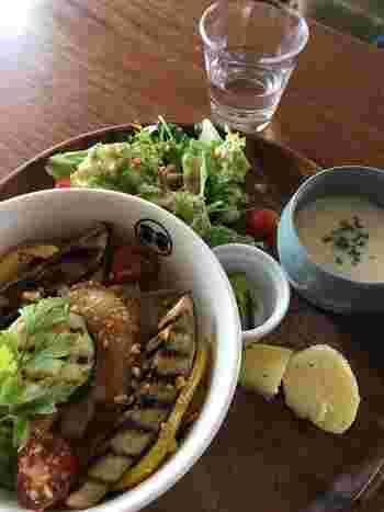 空間だけでなく、美味しい食事も♪野菜がたっぷりでボリュームのあるランチは、満足感がありますよ。