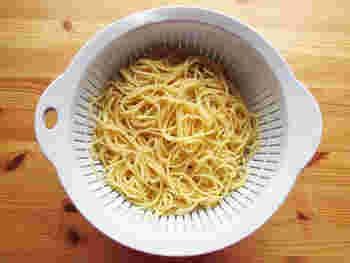本来のナポリタンは、スパゲティを芯がなくなるまで茹でて、冷蔵庫に一晩置きます。これが、ナポリタン特有のもちもち感を生み出します。スパゲティは、太いものを使いましょう。