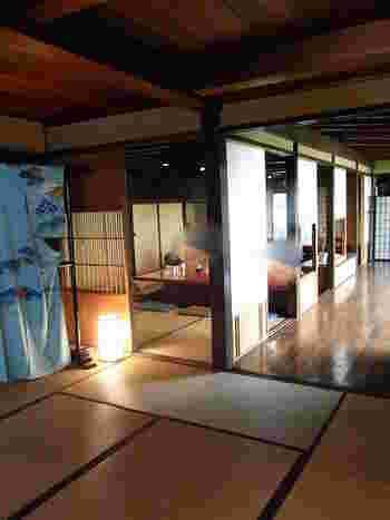 ひがし茶屋街のメインストリートにある「十月亭」は、築150年の元お茶屋の建物で、日本家屋の趣が感じられるお店。