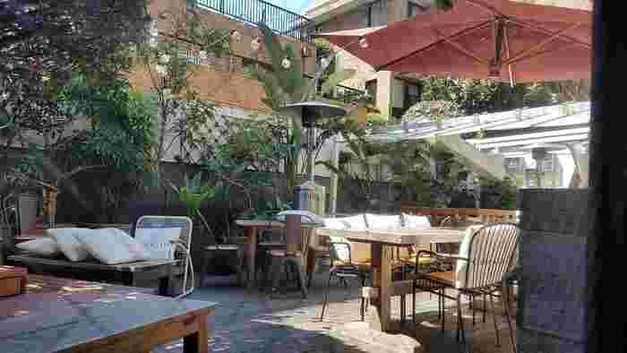 緑豊かな中庭が人気の「BRENTWOOD TERRACE(ブレントウッドテラス)」は、LAのサンタモニカとビバリーヒルズの間に位置するスタイリッシュな住宅地「ブレントウッド」をイメージしたカフェ。ここには、都心とは思えないゆったりとした時間が流れています。