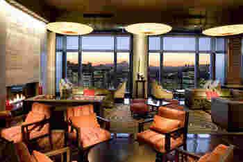 最上階38 階にある「オリエンタル ラウンジ」。床から天井まで届くガラス窓からのシティビューが素晴らしいシックなラウンジです。