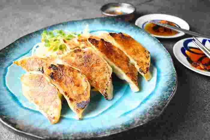 豚ひき肉、キャベツとニラで作る基本になる餃子レシピです。肉の餡を冷蔵庫で少し寝かせることで肉同士のくっつきもよくなり味もぶれません。