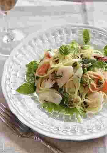 鯛・タコ・サーモン・ホタテなどのお刺身を、特製ソースでマリネした贅沢な冷製パスタです。バジルやディルのハーブの香りも爽やか。見た目も豪華な冷製パスタは、夏のおもてなし料理にもおすすめです。