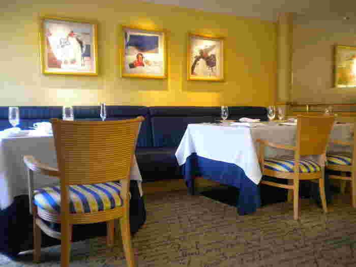 """紺と金をテーマにした「LA FORET(ラ・フォーレ)」の店内は、モダンフレンチな雰囲気。""""客様にはとにかくおいしいものを""""と心をくだいた食へのこだわりは、開業以来のホテルの伝統です。"""