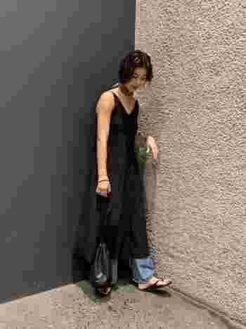 マンネリになりがちなゆったりワンピースにも、アクセサリー感覚でスカーフをプラスしてあげると、いつもと違った雰囲気に。なかなかファッションに取り入れづらいレオパードも、首元の一部なら抵抗感なく可愛らしく取り入れられちゃいます。